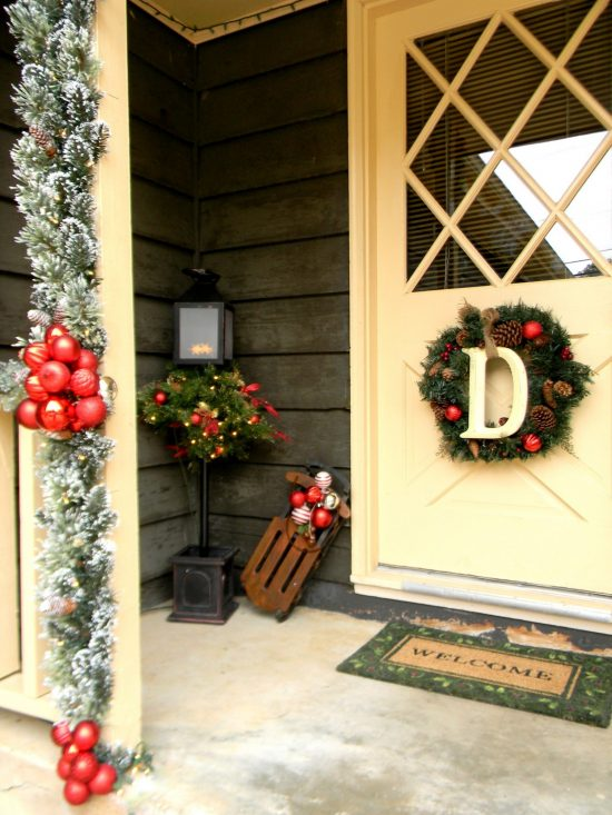 How to decorate your front porch on Christmas this year