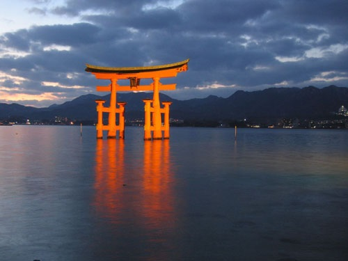Top 6 Snapshot Spots in Japan  The Floating Gate of Itsukushima Shrine